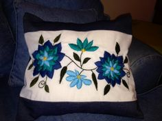 Nani Bordado a Mano Mexican Embroidery, Crewel Embroidery, Embroidery Designs, Pouch Pattern, Needlepoint Stitches, Hand Quilting, Beautiful Patterns, Quilting Projects, Arts And Crafts