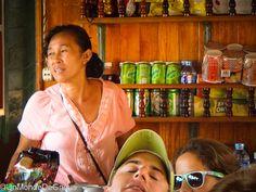 La Femme de Bâtelier... Rencontre au fil de Mékong.  Il y a les bateaux pour touristes et les bateaux pour les locaux, qui descendent le Mekong de Huai Xay, la ville frontière entre la Thailande et le Laos, à Luang Prabang.  Manola a de la chance, elle est mariée à Anousone, le batelier qui est en charge du bateau de onze heures, celui qui transporte les touristes (...) - La suite de cette Raw-trip Story à découvrir sur Un Monde de Gnous !