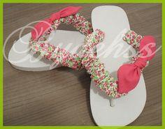 Bydehss: Chinelo customizado Crafts To Sell, Diy And Crafts, Flip Flop Art, Bling Flip Flops, Decorating Flip Flops, Diy Tops, Huaraches, Craft Tutorials, Beading Patterns