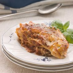 Plongez 1 minute les tomates dans de l'eau bouillante. Mondez-les. Coupez-les en dés. Pelez et coupez la carotte en fines rondelles. Pelez les oignons et l'ail. Emincez-les.Faites chauffer l'huile d'olive dans une casserole. Ajoutez l'ail. Faites-les revenir 1 minute à feu doux. Ajoutez un oignon haché et les carottes. Faites dorer le tout à feu doux. Versez les tomates fraîches. Faites-les revenir 10 minutes. Ajoutez le concentré de tomates, les tomates en conserve et le ...