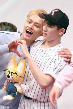 Jun looks like an dad embarrassing his son, Woozi, when he's just trying to play with his friend, Wonwoo (the fox plushie 😂) Seungkwan, Wonwoo, Jeonghan, Seventeen Funny, Seventeen Debut, Seventeen Junhui, Seventeen Woozi, Astro Sanha, Day6 Sungjin