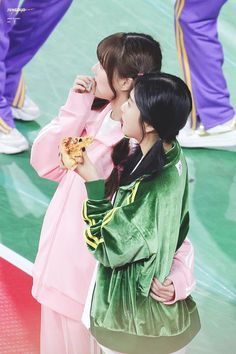 Yerin holding her Joy! You Are My Friend, Park Sooyoung, Kpop Girls, Red Velvet, Actors & Actresses, Rapper, Ruffle Blouse, Idol, Couples