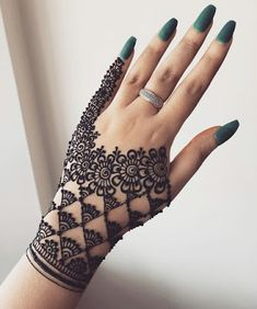 These stuning simple mehndi designs will suits you on every occassion. In Indian culture, mehndi is very important. On every auspicious occasion, women apply mehndi to show the importance of the occasion. All Mehndi Design, Mehndi Designs Finger, Henna Tattoo Designs Simple, Back Hand Mehndi Designs, Stylish Mehndi Designs, Mehndi Designs For Beginners, Mehndi Designs For Girls, Mehndi Simple, Mehndi Designs For Fingers