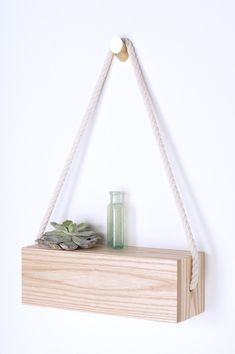 regal selber bauen pflanze glasvase seil weiße wand wandregal aus holz Source by The post regal selb Diy Casa, Diy Nightstand, Wall Accessories, Hanging Shelves, Diy Hanging, Wall Shelves, Shelving, Hanging Ladder, Diy Holz