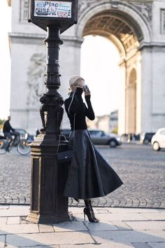 Trendy Leather Skirt Fall Outfits for Seasonal Stylistas Parisian Chic Leather Maxi Foto Fashion, Fashion Mode, Paris Fashion, Winter Fashion, Fashion Fashion, Fashion Black, Woman Fashion, Luxury Fashion, Mode Outfits