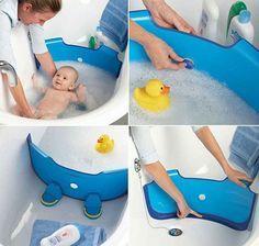 Un invento muy creativo para bañar al bebe en una tina de tamaño regular.