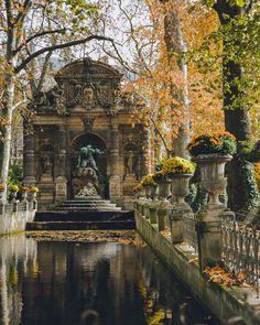 Jardin du Luxembourg, de Medici-fontein, met zijn bassin en zijn klimopgordijnen, een van de mooiste plekken in Parijs in de herfst. Luxembourg Gardens, Special Pictures, Summer, Color, Instagram, Summer Time, Colour, Colors
