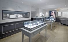 Large windows containing Ofee's collections span the walls to ensure the intricate pieces are displayed to full effect, while showcases inspired in their design by traditional French furnishings stand on classic chevron wooden flooring. Jewelry Store Displays, Jewelry Store Design, Jewelry Shop, Visual Merchandising, Hong Kong, Retail Store Design, Design Furniture, Window Design, Decoration