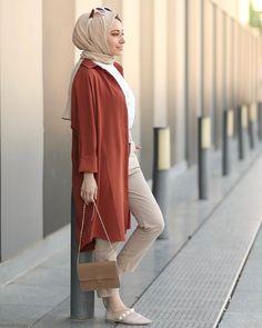 L'image contient peut-être : une personne ou plus et personnes debout Muslim Fashion, Modest Fashion, Hijab Fashion, Fashion Outfits, Casual Hijab Outfit, Hijab Chic, Modest Dresses, Modest Outfits, Mode Abaya