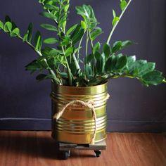 Cachepô para plantas feito com lata reciclada acompanhada por carrinho de madeira