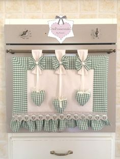 This is great for when you got guests comin round but dont want them to know you havnt cleaned the manky oven lol Set Cucina Shabby chic Cortinas Shabby Chic, Rideaux Shabby Chic, Sewing Hacks, Sewing Crafts, Sewing Projects, Diy Projects, Shabby Chic Accessories, Chabby Chic, Kitchen Sets