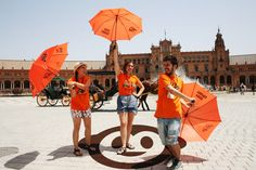 ¡Lucha de paraguas naranja en la Plaza de España! ☺🤠🌞🍊🍊Fight orange umbrellas in the Spain Square! #freetours #giralda #monumentos #freewalkingtour #guidedtours #visitasguiadas #viajeros #spain #portugal #travel #añodemurillo #travelphotography #andalucia #barriosantacruz #plazareyes #lovesevilla #visitesguidees #visitesapied #Sevilla #Málaga #Córdoba #Granada #Cádiz #Madrid #Lisboa #Porto #catedral #realalcazar #plazadeespaña #holidays