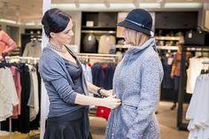 Šedá farba nie je len pre šedé myšky, ale aj pre dámy na úrovni! Kvalitný a prepracovaný kabát je výbornou voľbou na chladnejšie dni a my sme sa rozhodli nechať to tón v tóne s čiernou farbou.