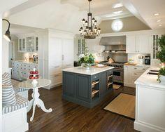 Eu adoro tudo sobre este cozinha: os armários brancos, a ilha da cerceta com prateleiras abertas, o mármore carrera, a telha de metrô por jewel