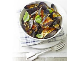 This spicy seafood recipe makes a fantastic meal for two but can be easily increased for a stylish dinner party starter, from BBC Good Food magazine. Spicy Seafood Recipes, Chilli Recipes, Asian Recipes, Ethnic Recipes, Easy Recipes, Healthy Recipes, Dinner Party Starters, Pepper Pasta, Fennel Salad