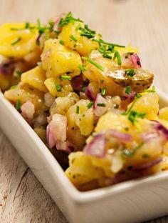 Schnelles und einfaches Rezept für einen bayrischen Wirtshaus-Klassiker: Bayrischer Kartoffelsalat mit einem Dressing aus Öl, Essig und Gemüsebrühe. #kartoffelsalat #rezepte #bayerischer #essig #joghurt #grillen #senf #regional #kochen #bayern