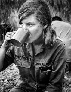 Reporter Denby Fawcett drinks at the Rockpile in Vietnam during war in Honolulu shirt Denby Fawcett reported during the Vietnam War at a time when journalists risked their lives but didn't fear something as gruesome as a beheading. Vietnam War Photos, North Vietnam, Vietnam Veterans, Military Women, Military History, Combat Medic, Indochine, Vietnam History, Cambodia