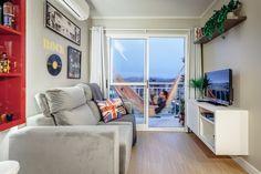 Este apartamento é pequeno, mas tem uma boa área para receber e uma sacada com horta e rede para descansar Living Pequeños, Tiny House Living, Living Room, Condo Decorating, Decorating Small Spaces, Basement Paint Colors, Mini Loft, Red Sofa, Small Apartments