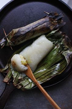 Asian food - Thai Grilled Sweet Sticky Rice with Banana Filling Thai Recipes, Asian Recipes, Cooking Recipes, Sweet Sticky Rice, Laos Food, Thai Dessert, Asian Desserts, Rice Desserts, Thai Dishes