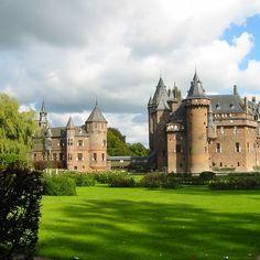 Het Muiderslot is een nog in goede staat verkerend middeleeuws kasteel in het Noord-Hollandse Muiden. Het is een rijksmuseum.  Het kasteel is een vierkante waterburcht. Op iedere hoek van het kasteel staat een ronde toren en binnen de muren staat een groot gebouw met trapgevels. Het kasteel heeft een slotgracht met een ophaalbrug. Om het kasteel heen zijn er onder meer een gerestaureerde moestuin en een kruidentuin.