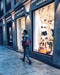 Walking on the street  #madridstreetstyle #madrid #streets #walkingonthestreet #walking #ootd #todayoutfit #styleoftheday #intimissimi #intimissimilingerie @intimissimiofficial #paillettes #christmas #christmastime #christmaslights #xmas #xmastime #night #beret #bomber #instacool #instasaturday #instalike #inspo #fashioninspiration #fashioninspo #blogger #instablogger #instaoutfit