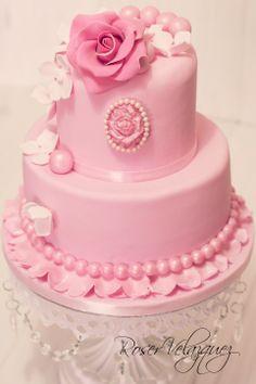 Tarta decorada con rosas y camafeo