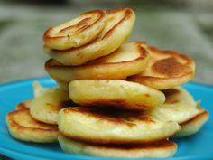 Blinis - Si comme moi vous vouez une véritable passion pour le tarama rose, voici la recette ultra simplistoche en 2 mn pour de BONS (et pas tout durs) blinis <3 (prévoir juste de laisser reposer 1h la pâte au frigo) Sweet Recipes, Snack Recipes, Cooking Recipes, Snacks, Blinis Recipes, Fingers Food, Russian Dishes, Crepes And Waffles, Dessert Bread