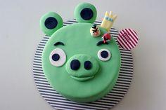 OINK + SNORT - King Pig cake! #angrybirdscake #cococake #cococakecupcakes #cococakevancouver