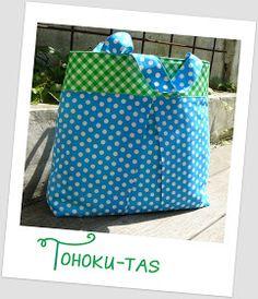 Een tasje voor een vriendin die dit vroeg voor nog een andere vriendin ...      De bedoeling was een lunchzakje zoals hier , maar wou eens i...