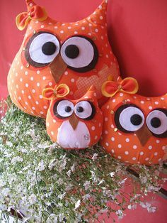 gufi idee cuscini---English please--I think what is being said---were just a family of owl cuteness--ha ha Owl Sewing, Sewing Toys, Sewing Crafts, Sewing Projects, Craft Projects, Owl Crafts, Diy And Crafts, Arts And Crafts, Owl Fabric