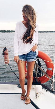 35 Elegance & Comfy Summer Outfits 35 Elegance & Comfy Summer Outfits Vacation Outfit Inspiration White Top Plus Sandals Plus Shorts Hot Pants, Mode Outfits, Casual Outfits, Casual Shorts, Casual Beach Outfit, Beach Outfits, Club Outfits, Jean Short Outfits, Outfits With Jean Shorts