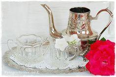 Eine sehr hübsche Deko im Vintage-Stil ist es, wenn die silberne Kaffeekanne und das Milchkännchen als Blumenvase und das Zuckerglas als Windlicht ...