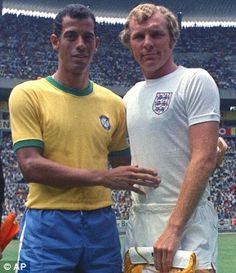 Brazil's captain Carlos Alberto Torres, left, and England's captain Bobby Moore, prior to their World Cup match in the Jalisco Stadium in Mexico on June 1970 Brazil Football Team, Football Icon, Retro Football, World Football, School Football, Vintage Football, Football Shirts, Football Moms, Bobby Moore