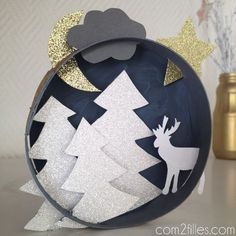upcycling: a box of pie chart transformed into a table - Weihnachten - Noel Diy Christmas Videos, Christmas Wreaths, Christmas Crafts, Christmas Decorations, Noel Christmas, Diy Crafts To Do, Easy Craft Projects, Art Projects, Diy Weihnachten