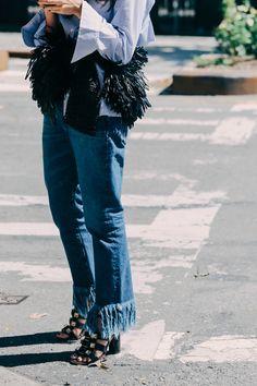 Street looks à la Fashion Week printemps-été 2016 de New York, jean et sacs à franges