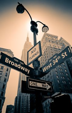 Broadway con la 34 Way to broadway - The Best Photos and Videos of New York City including the Statue of Liberty, Brooklyn Bridge, Central Park, Empire State Building, Chrysler Building and other popular New York places and attractions. Photographie New York, I Love Nyc, Dream City, City That Never Sleeps, Concrete Jungle, City Photography, Brooklyn Bridge, Belle Photo, Empire State Building