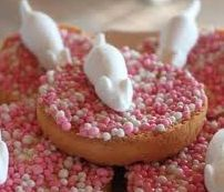 When a baby is born, people eat this as an celebration.It's called beschuit met muisjes. The color is pink for a girl and blue for a boy. Party Treats, Party Snacks, Best Party Food, Dutch Recipes, Baby Kind, Creative Food, High Tea, Kids Meals, New Baby Products