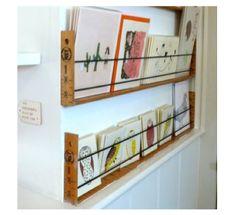 Regal aus Holzlinealen, an der Wand mit all meinen Lieblingskarten!
