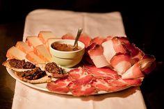 Spesso nel piattone oltre ai salumi e al formaggio con la marmellata potete trovare il crostino toscano, la schiaccia con i semi di girasole o con i friccioli, i fegatelli etc...