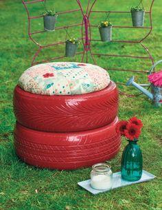 idée de brico jardin - un tabouret en pneus recyclés repeints en rouge