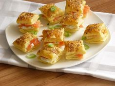 Bladerdeeghapjes met zalm en roomkaas / Puff pastry bites with salmon and cream cheese Tapas, Sandwiches, Enjoy Your Meal, Snack Recipes, Cooking Recipes, Snacks Für Party, Partys, Mini Foods, Appetisers