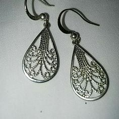 Earrings Costume Jewelry. There are no markings for silver or gold this item may contain nickel or other commonly used metals in costume jewelry NA Jewelry Earrings