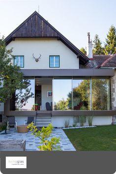 Dürfen wir vorstellen unser Livingbox. Modern, klassisch, stilvoll und zart. Sie können die Livingbox  freistehend im Garten als Poolhaus nutzen oder an ein bestehendes Gebäude anbauen. Was spricht für die Livingbox? Raumerweiterung, raumhohe Verglasungen, viel Licht, ein zartes Profil, keine störenden Rahmen, Sonnenschutz und vieles mehr. Na Lust auf ein neues Projekt ? #modern #Wintergarten #Box #Garten #zuhause #Wohnraumerweiterung #Terrasse #Flachdach Garage Doors, Architecture, Box, Outdoor Decor, Home Decor, Profile, Patio, Modern Conservatory, Slider Window