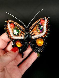 Brosele fluture sunt cele mai spectaculoase si elegante brose! #brosa #fluture #brosa fluture # artwear #artadeafiunica Mai, Brooch, Jewelry, Fashion, Embroidery, Moda, Jewlery, Jewerly, Fashion Styles