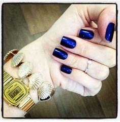Esmalte azul é a moda do momento! A Julia Faria soube aderir e arrasou no esmalte New York da Ana Hickmann.