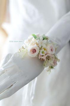 先日お送りした京都までのブーケと同じ方、 これは二次会用の花冠とリストブーケです。 確認のために ジャスミンちゃん(あたま)にかぶせてみ...