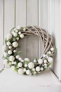 Bekijk hier 12 kerstkransen voor aan de m… Are you going to make a Christmas wreath this week? View 12 Christmas wreaths for on the wall or at the door! – Self-made ideas Christmas Wreaths To Make, Noel Christmas, Christmas 2017, Holiday Wreaths, All Things Christmas, Winter Christmas, Christmas Crafts, Modern Christmas, Winter Wreaths