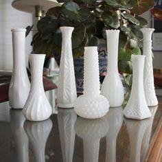 Seven Assorted Milk Glass Bud Vases : mixer des vases de ce type, de différentes tailles et formes, avec des bocaux en verre etc., ça me plaît bien