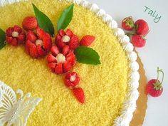 """Torta """"mimosa"""" con fiori di fragola"""