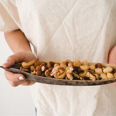 Μια μικρή χούφτα ξηροί καρποί συμπληρώνει τη δίαιτά σου με χορταστικές πρωτεΐνες, φυτικές ίνες, ακόρεστα λιπαρά και σημαντικές βιταμίνες και μέταλλα. Almond, Food, Almonds, Meals